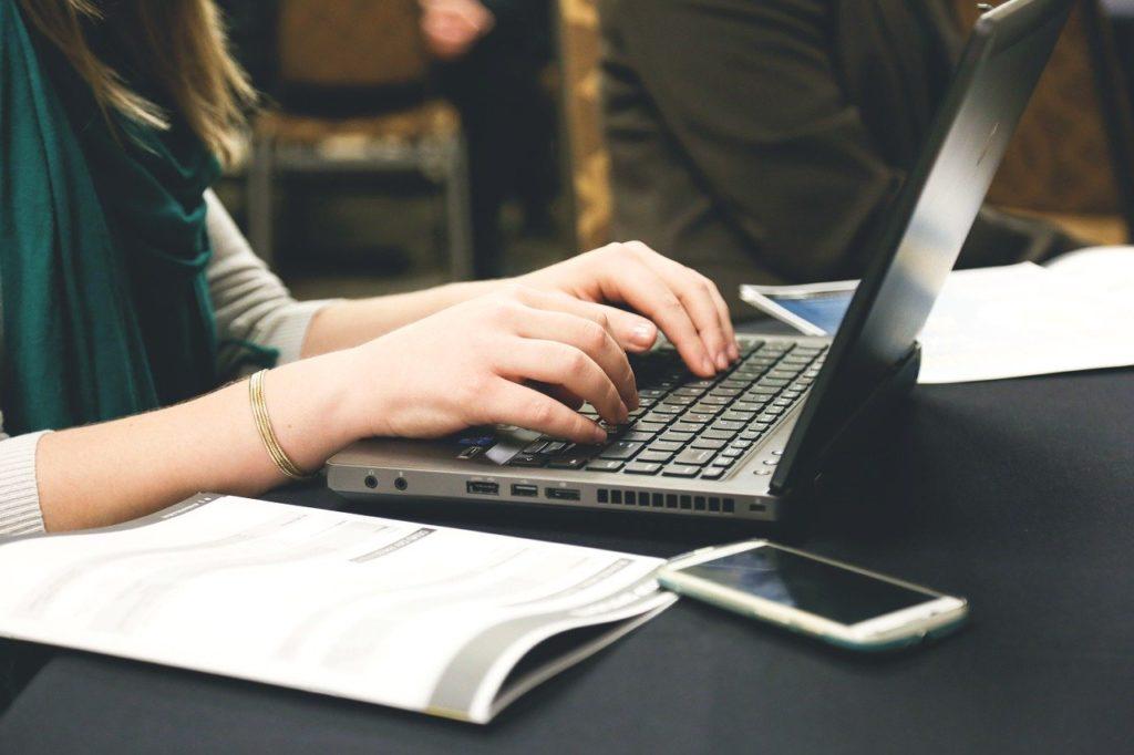 Bild von Assistentin arbeitend am Laptop