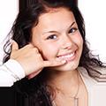 Bild von einer Frau, die mit der Hand einen Anruf gestikuliert