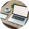 Bild eines Arbeitsplatzes mit Laptop und Mauspad