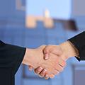 Bild eines Handschlags aufgrund eines Vertragsabschlusses